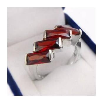 Strieborný prsteň s červenými zirkónmi (KPS156)